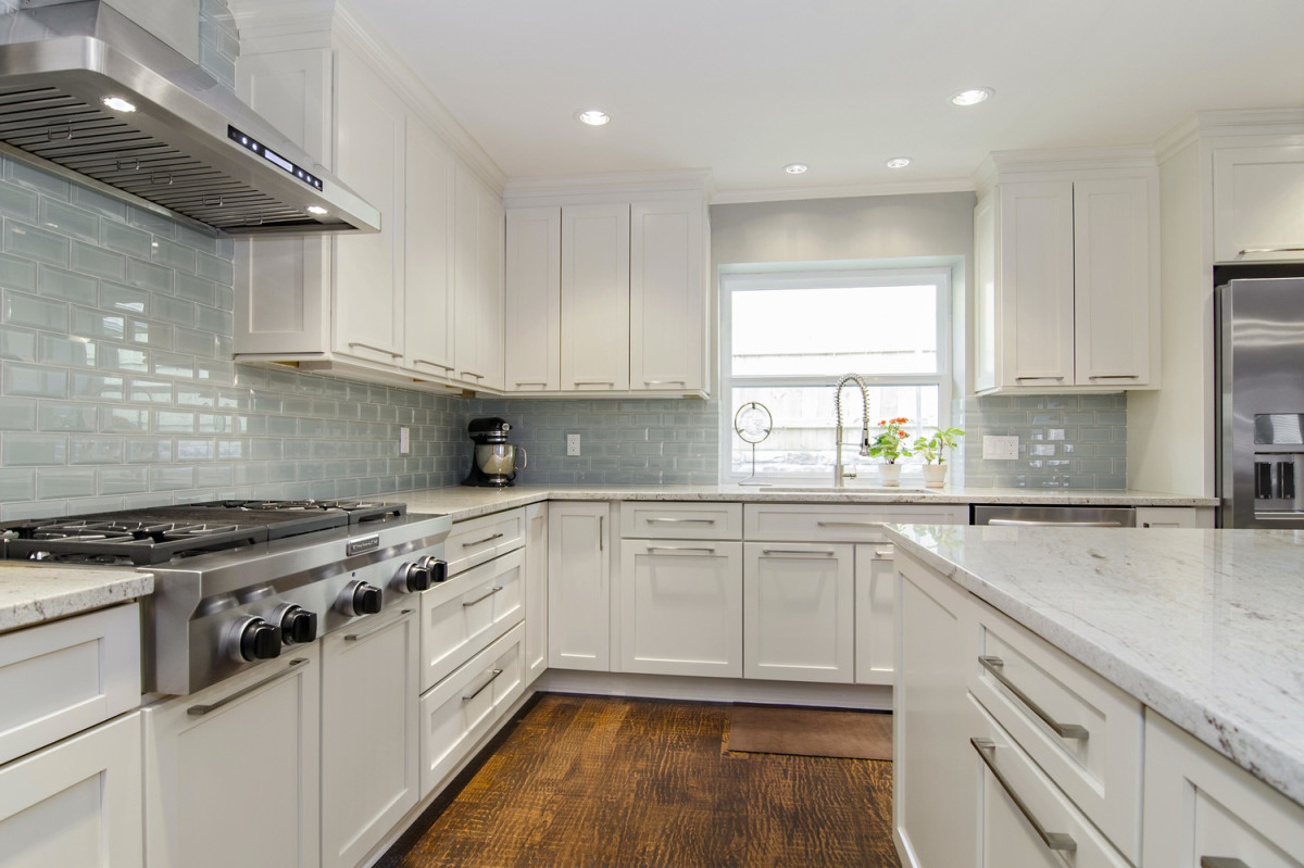 River white granite white cabinets backsplash ideas for Pictures of white kitchen cabinets with granite countertops