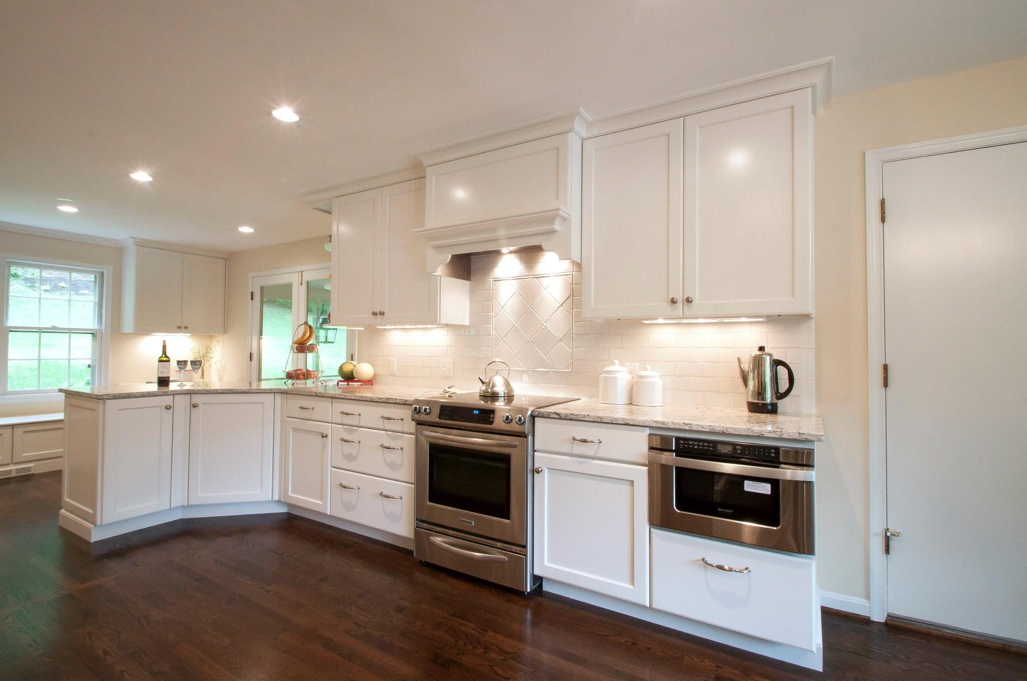 White kitchen cabinets backsplash ideas for Pics of white kitchens